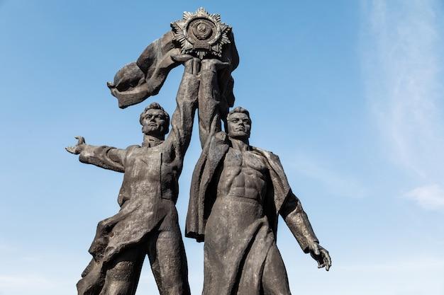 Kiev, ukraine - 5 mai 2017 : monument soviétique dédié à l'amitié russo-ukrainienne sous l'arc de l'amitié du peuple