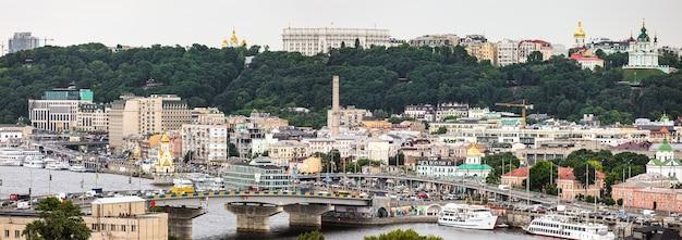 Kiev, ukraine - jun 04, 2019 : district de kiev podil. vue sur le fleuve dniepr, le pont de la havane et la colline de vladimir