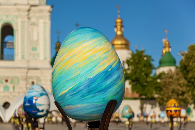 Kiev, ukraine, sophia square, 2 mai 2016. photo de l'oiseau de feu bleu. plan macro sur l'image peinte de l'oiseau de feu bleu sur l'œuf de pâques lors du festival ukrainien à kiev.