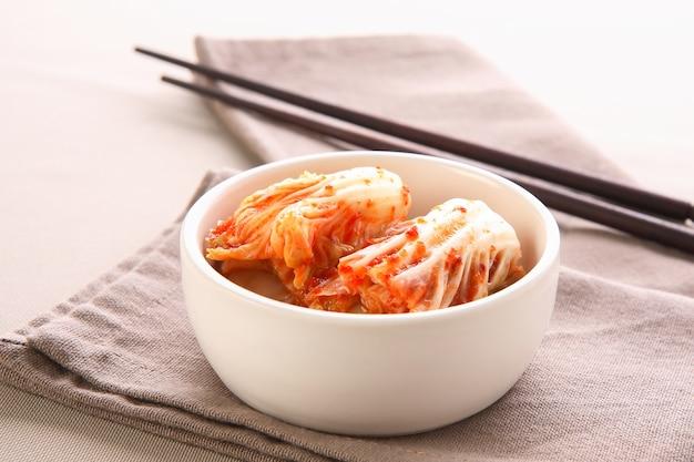 Kimchi avec des baguettes, de la nourriture coréenne