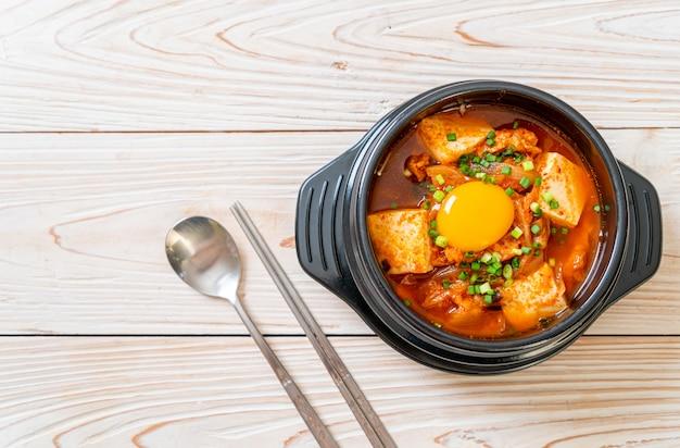 «kimchi jjigae» ou soupe de kimchi au tofu et aux œufs ou ragoût de kimchi coréen