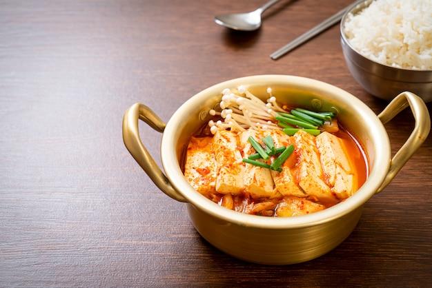'kimchi jjigae' ou soupe de kimchi au tofu mou