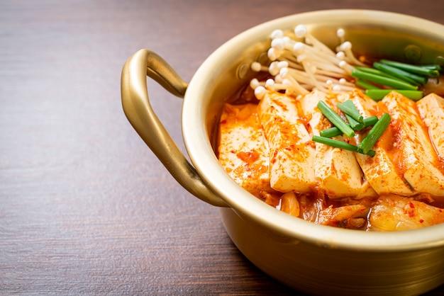 'kimchi jjigae' ou soupe de kimchi avec tofu doux ou ragoût de kimchi coréen - cuisine coréenne de style traditionnel