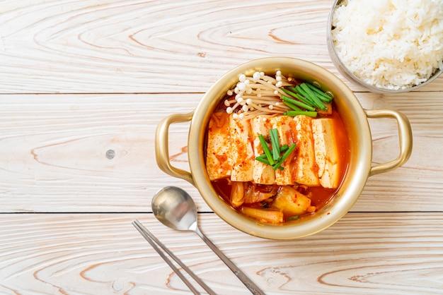 «kimchi jjigae» ou soupe de kimchi avec tofu doux ou ragoût de kimchi coréen
