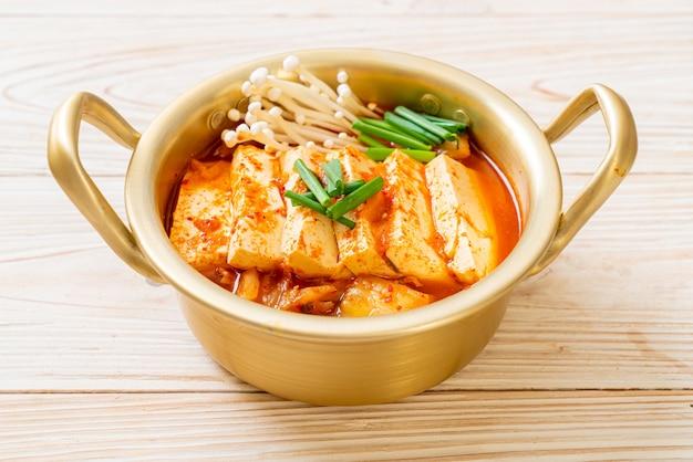 'kimchi jjigae' ou soupe de kimchi avec tofu mou ou ragoût de kimchi coréen - cuisine coréenne de style traditionnel