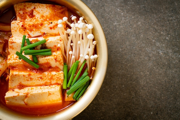 'kimchi jjigae' ou soupe de kimchi avec tofu mou ou ragoût de kimchi coréen