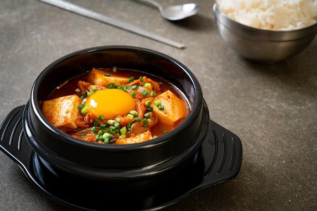 'kimchi jjigae' ou soupe de kimchi avec tofu et œuf ou ragoût de kimchi coréen - cuisine coréenne de style traditionnel