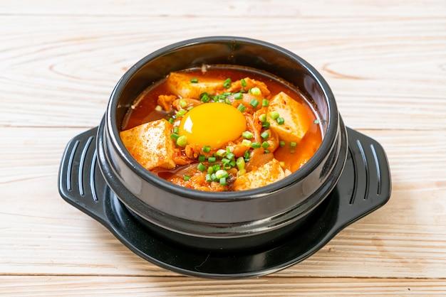 'kimchi jjigae' ou soupe de kimchi avec tofu et oeuf ou ragoût de kimchi coréen