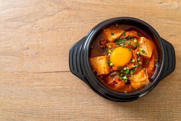 'kimchi jjigae' ou soupe de kimchi avec tofu et œuf ou ragoût de kimchi coréen
