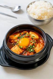 'kimchi jjigae' ou soupe de kimchi avec tofu et œuf