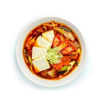 Kimchi jjigae (soupe de ragoût de kimchi au tofu)