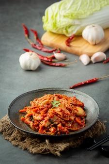 Kimchi prêt à manger dans une assiette noire
