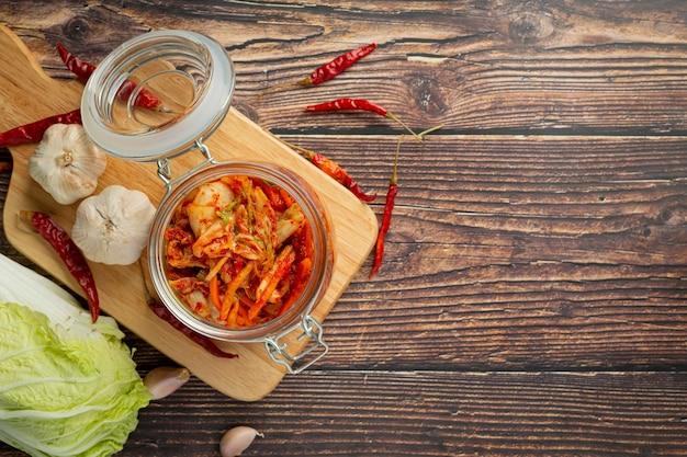 Kimchi prêt à manger dans un bocal en verre