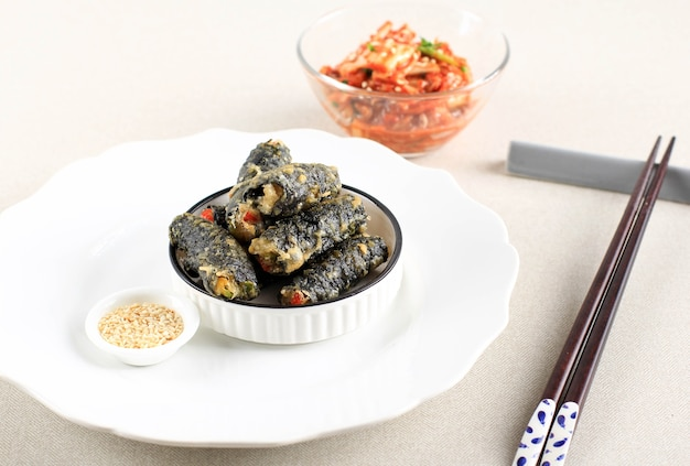 Kimmari ou gimmari, coréen fried snack tempura à base d'algues (laver) rouleau farci de nouilles de verre ou japchae. habituellement servi avec tteokbokki comme plat d'accompagnement