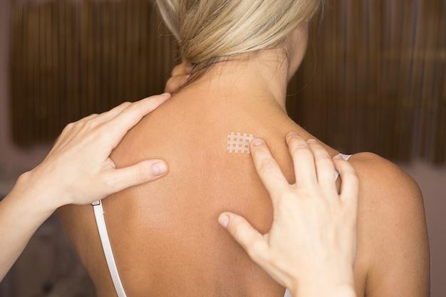 Kinesiotaping, bande croisée de kinésiologie - application pour les maux de dos