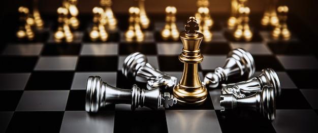 King chess se tient au milieu d'un autre jeu d'échecs qui tombe.