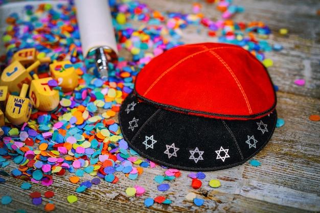 Kippahs yarmulkes dreidel en bois juif pour hanoukka sur la torah et une kippa
