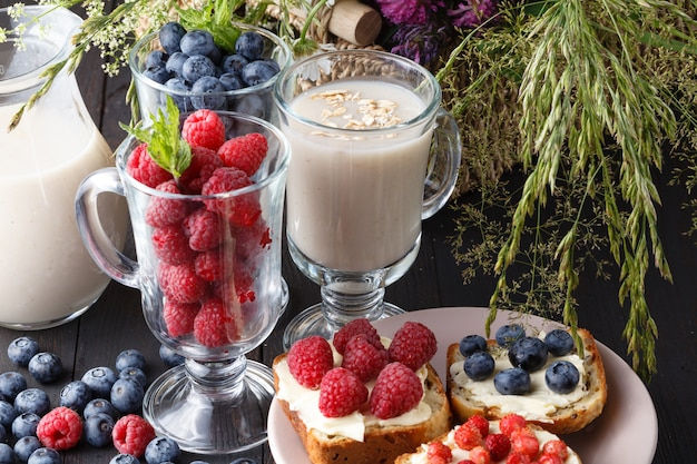 Kissel à l'avoine pour perdre du poids, concept de produit végétalien au lait d'avoine fait maison