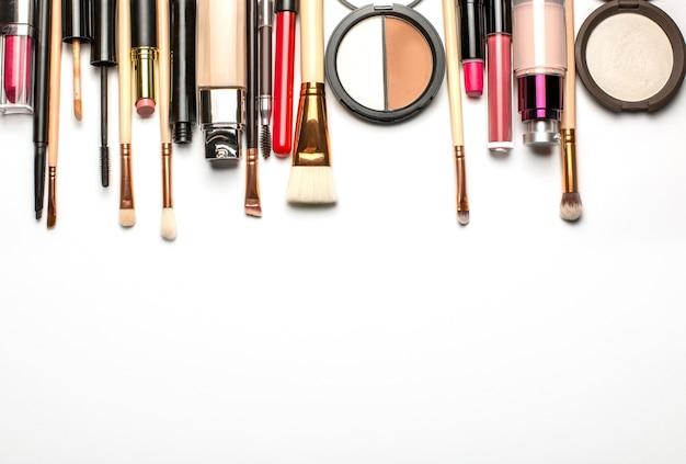Kit de brillant à lèvres, pinceaux de maquillage et set de contouring. espace pour le texte