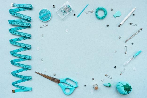 Kit de couture sur fond bleu. vue d'en-haut
