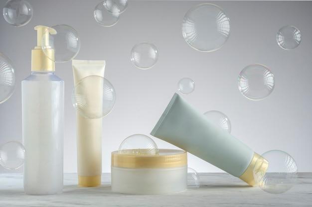 Kit d'emballage de crème de soin de la peau avec des bulles de savon sur le fond