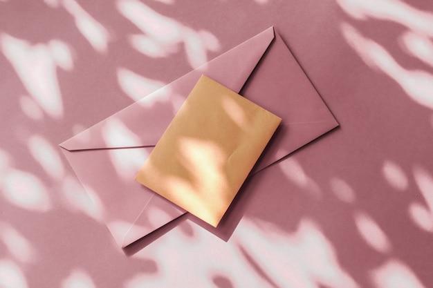 Kit d'entreprise de marketing de vacances et concept de newsletter par e-mail identité de marque de beauté comme carte de visite et lettre de conception de maquette à plat pour la marque de luxe en ligne sur fond d'ombre pastel