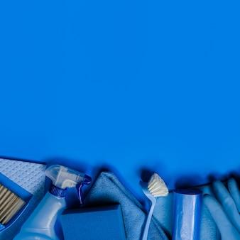 Kit de nettoyage bleu pour le ménage. vue de dessus. copyspace.