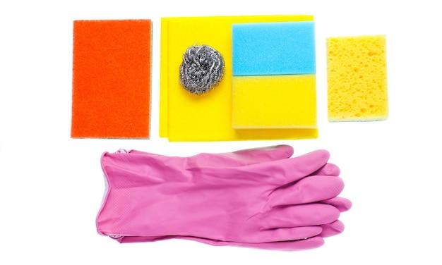 Kit de nettoyage ménager à domicile isolé sur fond blanc. éponges, abrasifs, gants en caoutchouc.