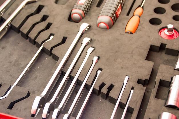 Kit d'outils avec de nombreux outils c'est un appareil pour le technicien.
