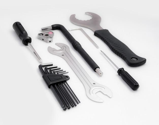 Kit d'outils de vélo sur un fond blanc isolé