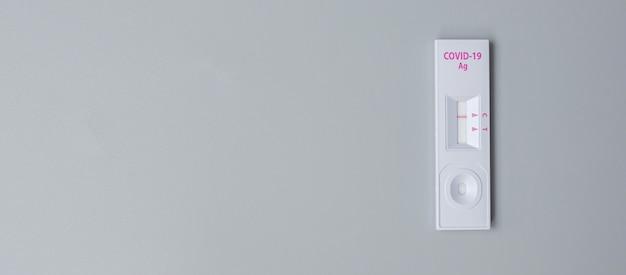 Kit de test rapide d'antigène avec résultat négatif lors du test d'écouvillonnage covid-19. test auto-nasal ou à domicile du coronavirus, concept de verrouillage et d'isolement à domicile