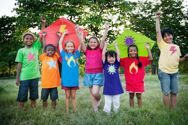 Kite kid enfant occasionnel gai loisir plein air concept
