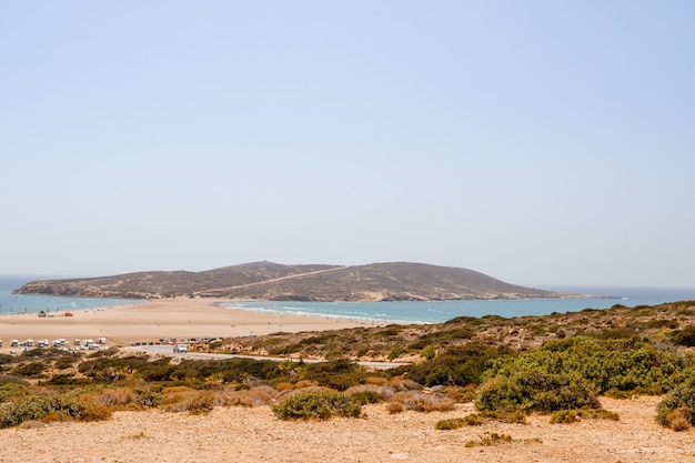 Kite surf, planche à voile, mer égée. plage de sable à prasonisi, rhodes. concept de voyage