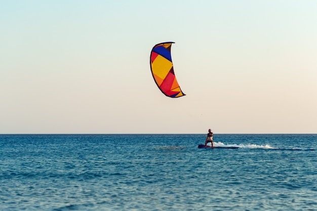 Kitesurf au coucher du soleil en mer