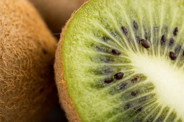 Kiwi brun frais mûr moelleux juteux isolé sur bureau blanc