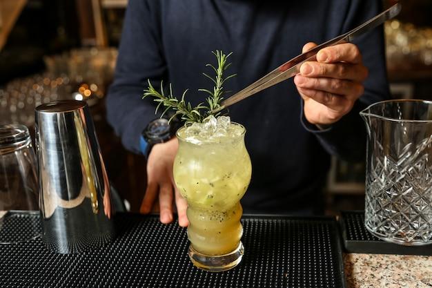 Kiwi cocktail eau pétillante glace kiwi syrop citron romarin