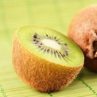 Kiwi coupé sur fond vert