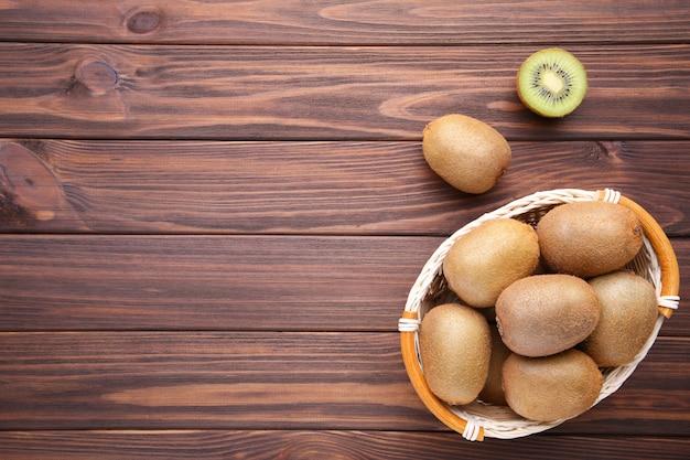 Kiwi dans un panier sur fond marron