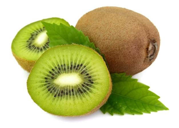Kiwi doux avec la vie en gros plan