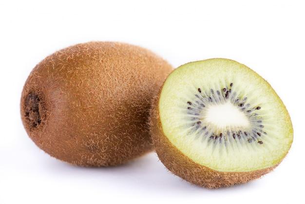 Kiwi entier et demi sur fond blanc