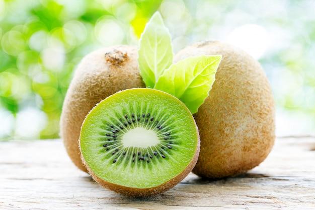 Kiwi en fond naturel