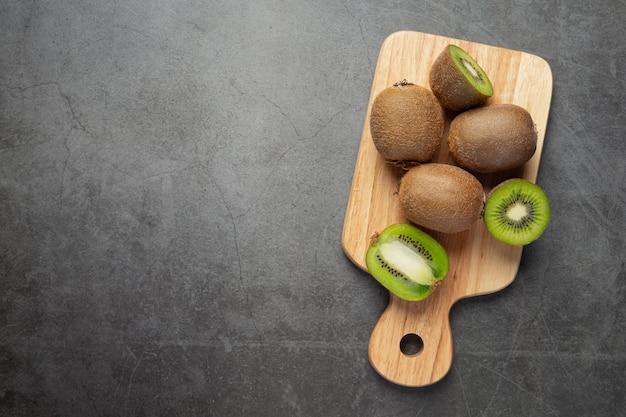 Kiwi frais, coupé en deux, mis sur une planche à découper en bois