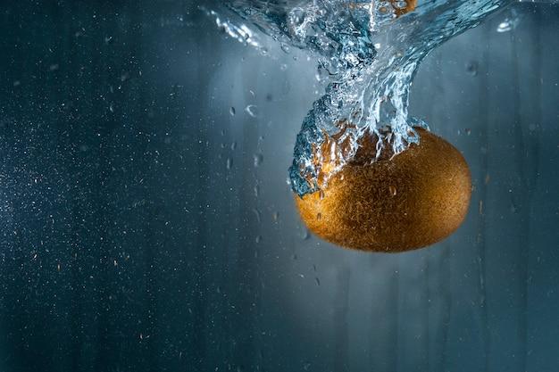 Kiwi jeté dans l'eau