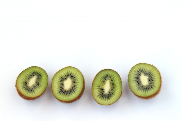 Kiwi moitiés isolées sur fond blanc