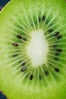 Kiwi mûr frais juteux dans une coupe