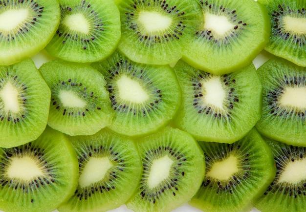 Kiwi en tranches comme toile de fond.