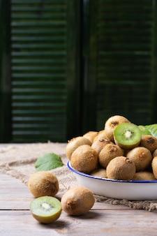 Kiwi vert biologique frais sur une table de récolte de cueillette