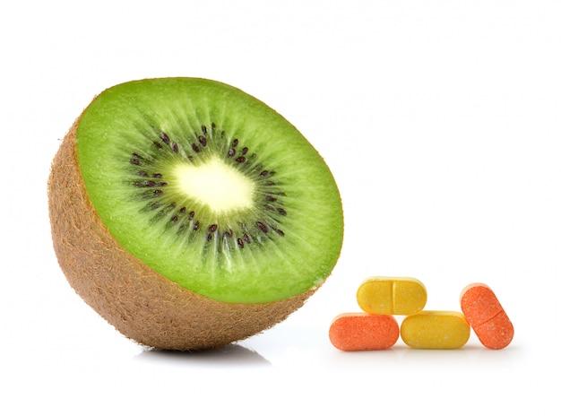 Kiwi et vitamine c isolé sur blanc