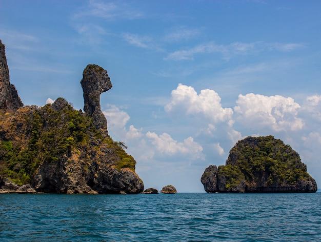 Koh kai ou chicken island avec un ciel bleu à la mer d'andaman, province de krabi. koh kai invisible en thaïlande.