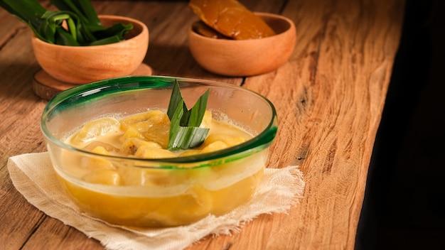 Le kolak pisang est un dessert traditionnel indonésien. fabriqué à partir de banane et de fruits de palmier à sucre cuits avec du sucre de palme, du lait de coco et des feuilles de pandan. dessert très populaire, servi pendant le ramadhan.
